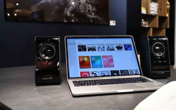 リビングハウスはソファ売り場でハイレゾスピーカーとテレビをつなぎ迫力ある音を流す