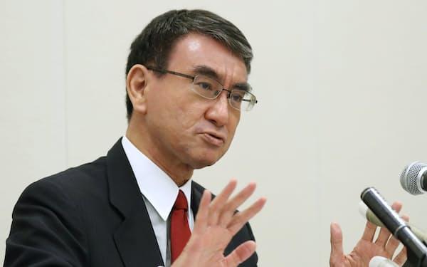インタビューに答える河野太郎氏(16日、国会内)