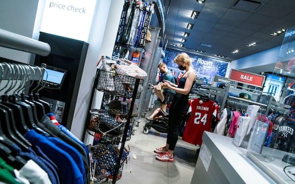 米ニューヨーク市の百貨店で買い物する消費者=ロイター