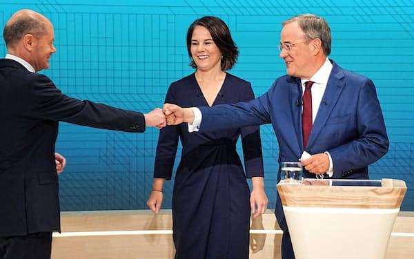 次のドイツ首相の座を争う社民党のショルツ氏㊧とCDU・CSUのラシェット氏㊨、真ん中は緑の党のベーアボック氏=ロイター