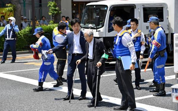 事故現場で実況見分に立ち会う飯塚元院長(手前中央、2019年6月、東京都豊島区)