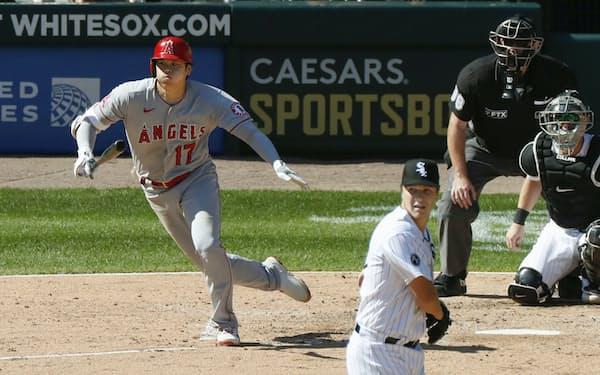 ホワイトソックス戦の5回、二塁内野安打を放つエンゼルス・大谷(16日、シカゴ)=共同