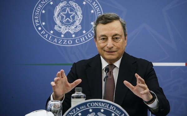 イタリアのドラギ首相は国民にワクチン接種を済ませるように強く呼びかけている=AP