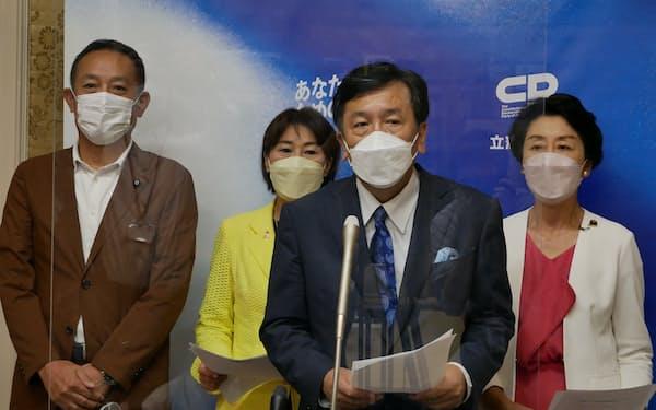 立憲民主党の枝野幸男代表(中央右)