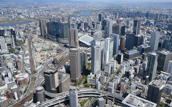 大阪・梅田のビル群とJR大阪駅北側の再開発エリア「うめきた2期」(左)=4月