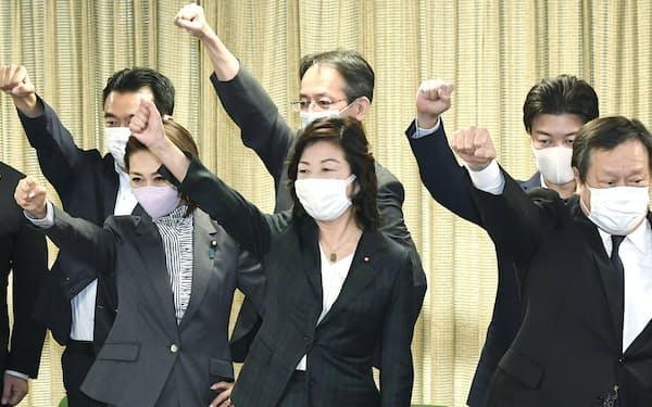 自民党総裁選の出陣式で声を出さずに拳を上げる野田聖子幹事長代行(中央)=17日午前、党本部