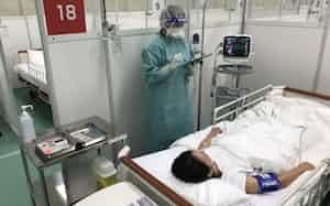 東京都は調布庁舎に設けた臨時の医療施設を報道陣に公開した