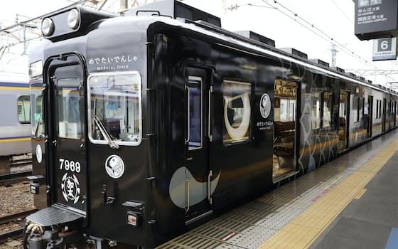 報道陣に公開された南海電鉄加太線の新車両「めでたいでんしゃ かしら」(17日、和歌山市)=共同