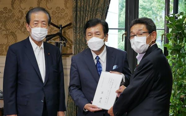 立憲民主党に入党を申し入れる笠浩史氏(17日、写真右)