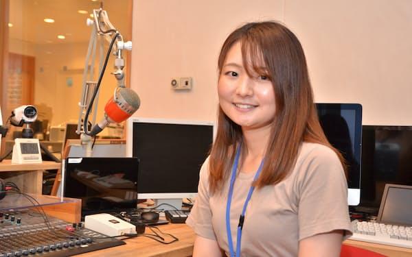 ラジオニセコでパーソナリティーを務める小林愛菜さん(9日、北海道ニセコ町)