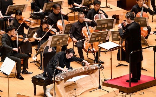 箏協奏曲を弾くLEO(中央)©読売日本交響楽団