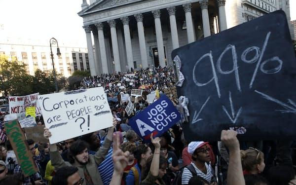 格差に抗議する米ウォール街占拠運動のデモ(AP)