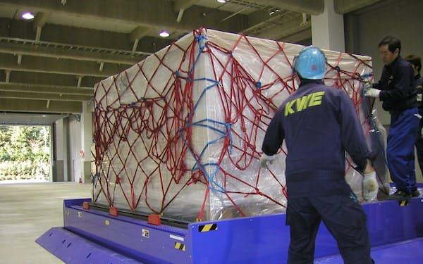 半導体などを日本から輸出する需要は堅調な伸びを見せる。(近鉄エクスプレスが航空機に積むために貨物を組み上げる作業の様子)