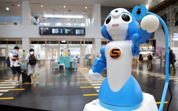 実証実験で神戸空港に配置された、施設の案内や接客をする遠隔対話ロボット(17日)