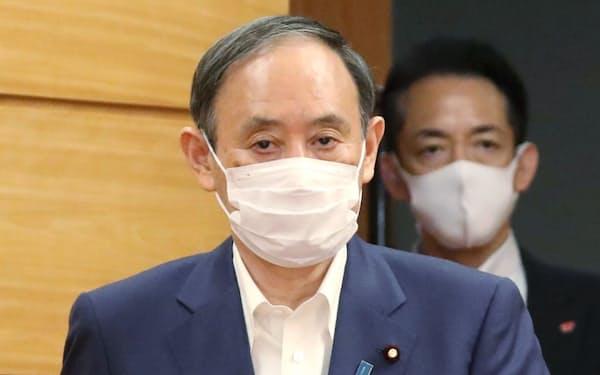 閣議に臨む菅首相(17日午前、首相官邸)