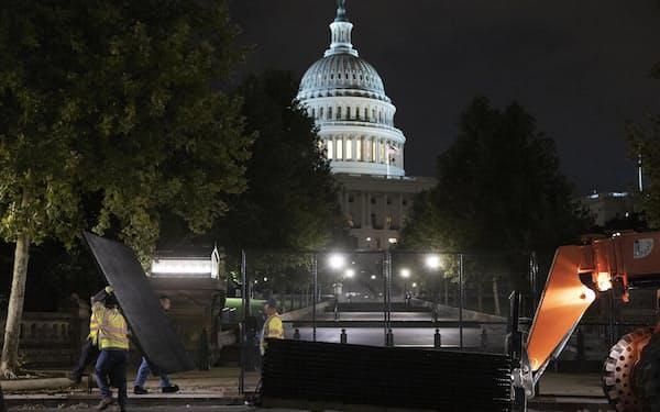 米ワシントンでの抗議集会に備え、議事堂周辺にフェンスを設置する作業員ら(15日)=ゲッティ・共同