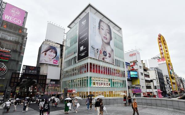 商業地の下落率としては全国最大だった大阪・ミナミの「デカ戎橋ビル」(写真中央)=17日