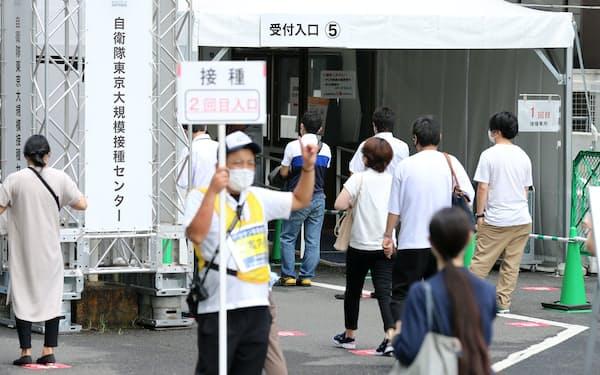 新型コロナウイルスワクチンの大規模接種センターに向かう人たち(10日午前、東京・大手町)