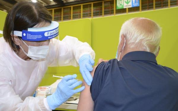 新型コロナウイルスワクチンの3回目接種について、本格的な議論が始まった=共同