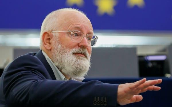 EUの「55%削減」目標などについてスピーチするティメルマンス上級副委員長(気候変動担当)=ロイター
