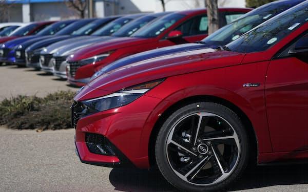 米コロラド州の販売店に並ぶ新車=AP