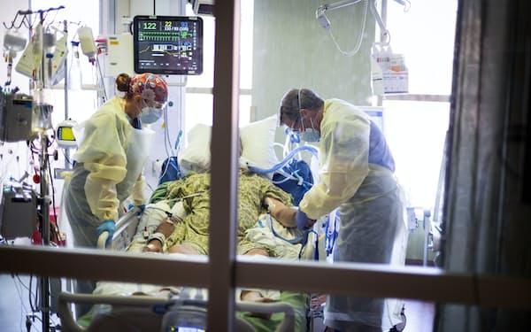 米アイダホ州の病院の集中治療室(ICU)で8月31日、治療を受ける新型コロナ患者=AP