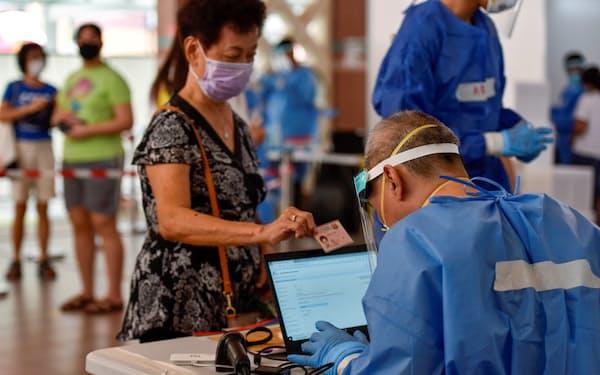 コロナ検査も拡大する(6月、シンガポール)=ロイター
