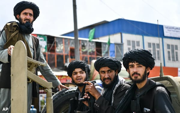 米軍撤収後の8月31日、カブール市内を警備するタリバン戦闘員ら=AP