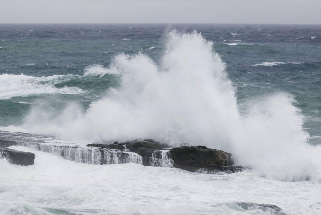 台風14号の影響で、大波が打ち寄せる和歌山県白浜町の千畳敷(18日午前6時22分)=共同