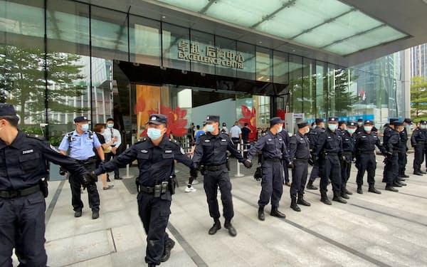 警備員が厳戒態勢を敷く中国恒大集団の本社ビル前(13日、広東省深圳市)=ロイター