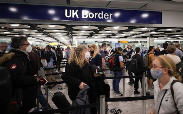 英国は水際対策の緩和でビジネスや旅行需要の回復を図る(6月、ロンドンのヒースロー空港)=ロイター