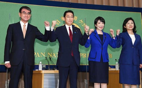 自民党総裁選の公開討論会を前に、ポーズをとる(左から)河野、岸田、高市、野田の4氏(18日午後、東京・内幸町の日本記者クラブ)=代表撮影
