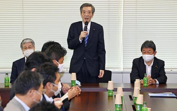 自民党竹下派の総会であいさつする竹下亘会長(中央)。右は茂木敏充会長代行(2020年9月2日、東京・永田町)