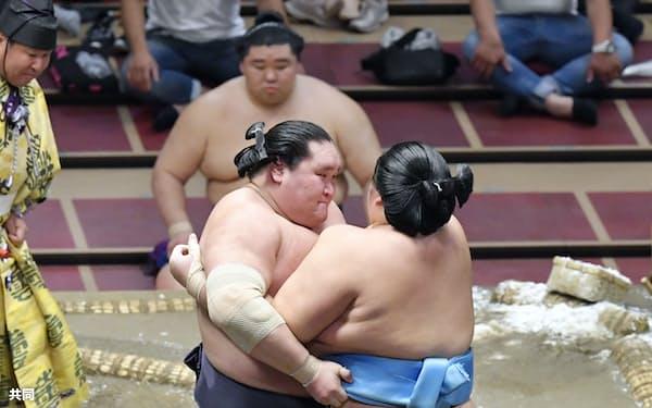 照ノ富士(左)が寄り切りで琴ノ若を下す(18日、両国国技館)=共同