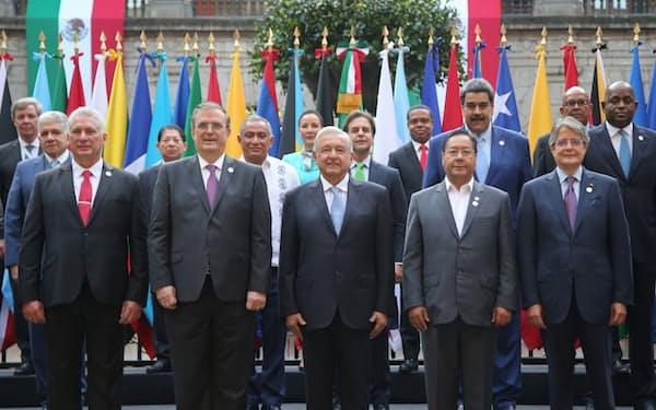 18日、メキシコシティで開かれた中南米共同体の首脳会議で記念撮影するロペスオブラドール大統領(中央)=ロイター