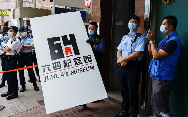 香港警察は「六四記念館」から展示パネルなどを押収した(9日)=ロイター