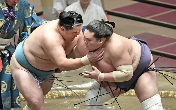 玉鷲(左)と対戦する照ノ富士。寄り切りで下す(19日、両国国技館)=共同