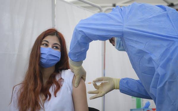 ルーマニアでワクチン接種を完了した割合は3割未満(首都ブカレスト)=AP