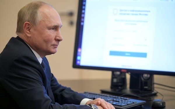 17日、モスクワ郊外の公邸で電子投票したプーチン・ロシア大統領=ロイター