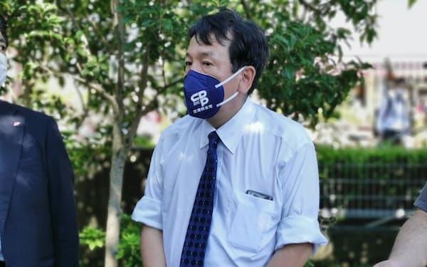 記者団の質問に答える枝野氏(20日、千葉県我孫子市)
