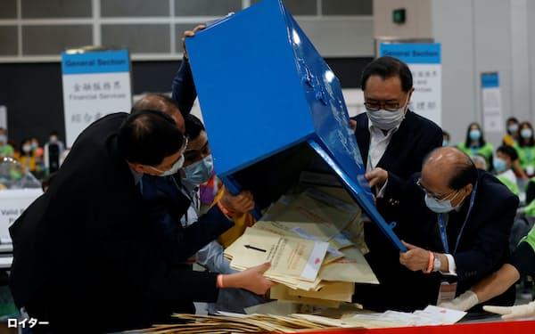 香港の選挙委員選挙の開票作業(19日)=ロイター