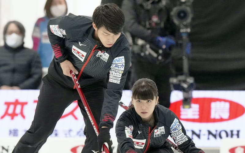 決定戦第2試合でショットを放つ松村千。左は谷田(20日、稚内市みどりスポーツパーク)=共同