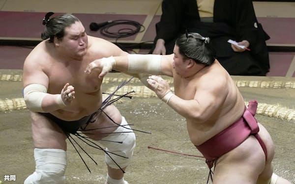 照ノ富士(左)を攻める大栄翔。寄り切りで破る(20日、両国国技館)=共同