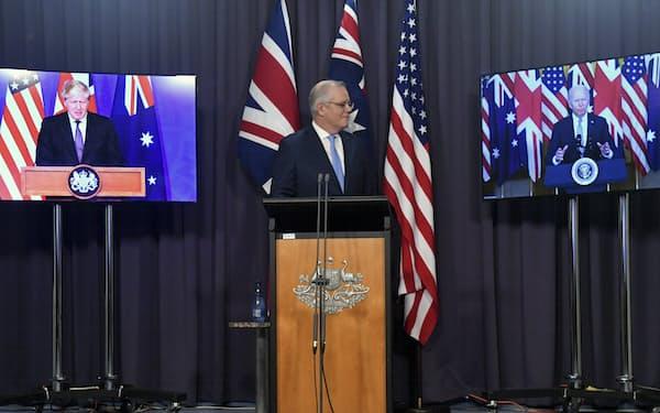 モリソン氏(中央)は米英の支援を受けて原潜を配備する計画を公表=AP