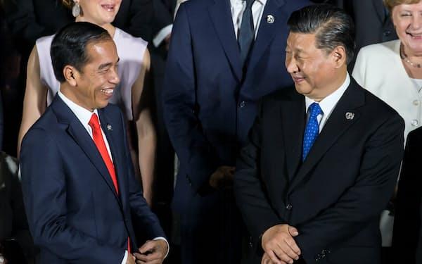2019年のG20大阪サミットで中国の習近平(シー・ジンピン)国家主席に笑顔を向けるインドネシアのジョコ大統領㊧=ロイター
