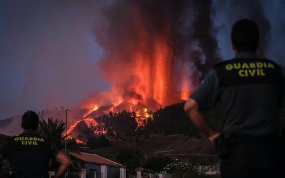 スペイン領カナリア諸島のラパルマ島で噴火した火山(19日)=ゲッティ共同