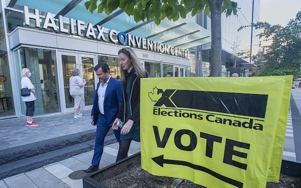 カナダは新型コロナ禍で総選挙の投開票日を迎えた(20日、ノバスコシア州ハリファクス)=AP