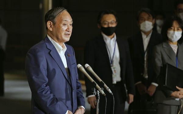 記者団の取材に応じる菅首相=17日午後、首相官邸