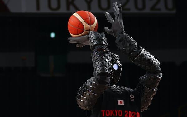 日本の技術革新力は13位だった(8月、東京五輪でトヨタ自動車が披露したバスケットロボ)=ロイター