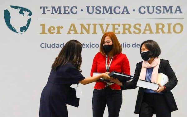 メキシコはUSMCAを通じて米国と深い経済関係がある(7月、USMCA発効1年を祝う式典)=ロイター